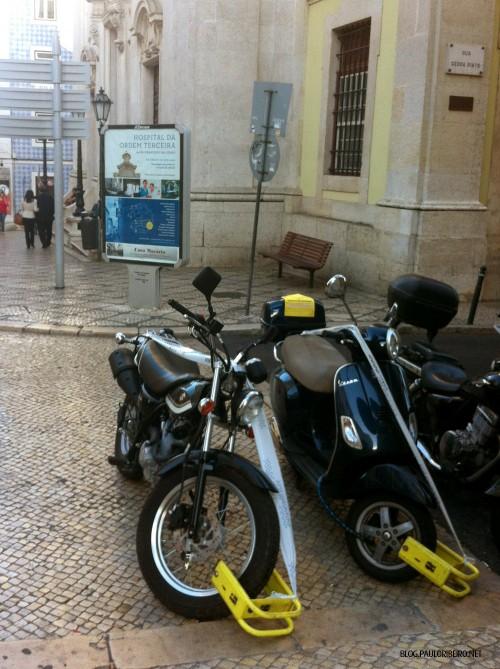 Suzuki Van Van moto bloqueada chiado